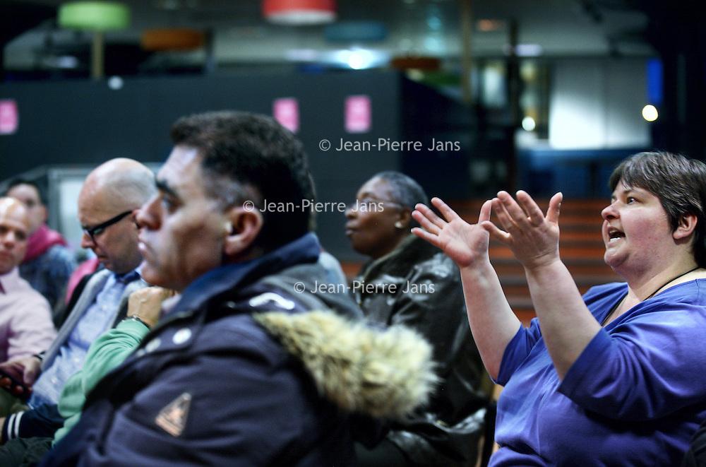 Nederland, Amsterdam , 10 april 2012..ouderbijeenkomst van Amarantis in het Calvijn met Junior College, Schipluidenlaan 12. Die ouders zijn boos over de wijze waarop de top van deze onderwijsorganisatie de tent in een financiele chaos heeft gestort..Amarantis Onderwijsgroep verzorgt voortgezet onderwijs (vo) en middelbaar beroepsonderwijs (mbo) voor ruim 30.000 jonge mensen. Onze schoolorganisatie vertegenwoordigt meer dan60 scholen en opleidingen in Noord-Holland, Flevoland en Utrecht. Onze scholen zijn kleinschalige, herkenbare leslocaties in de directe omgeving. In totaal werken zo'n 3300 medewerkers bij Amarantis Onderwijsgroep....Foto:Jean-Pierre Jans
