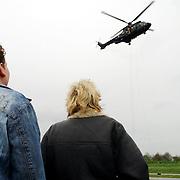 Luchtmobiele Brigade brengt zendapparatuur terug naar Adam Curry en crew na missie in Irak met een Cougar helicopter, Alex Sievers