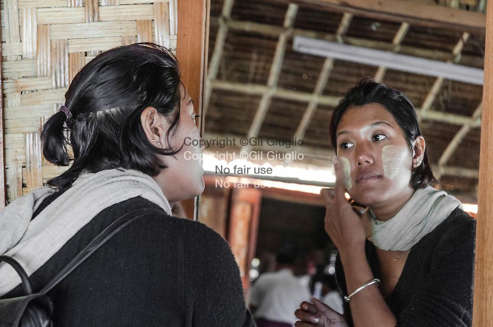 Myanamar, état Shan, lac Inlé, jeune fille se maquillant au tanaka // Myanmar, Shan state, Inle lake, young girl and tanaka make up