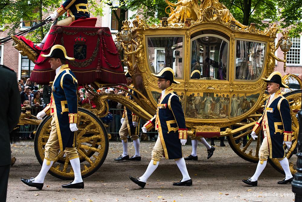 De Gouden koets rijdt naar het Binnenhof tijdens Prinsjesdag.