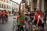Foto di gruppo prima della partenza. La seconda edizione dell'Eroica a Montalcino ha visto partecipare piu' di 1400 ciclisti italiani e stranieri, vestiti con abiti d'epoca e in sella a biciclette vintage. Hanno prcorso le strade delle colline toscane percorrendo fino a 170km su strade bianche e asfaltate.  Federico Scoppa