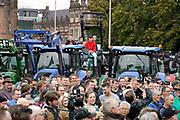 Nederland, Arnhem, 14-10-2019Boeren uit de provincie Gelderland zijn met hun trekkers naar het procinciehuis in Arnhem gereden om te protesteren tegen de maatregelen die hun worden opgedrongen om het stikstofprobleem op te lossen. Ze eisen dat de provinciale maatregelen opgeschort worden. Gedeputeerde  Peter Drenth staat hen te woord en zal in overleg gaan.Foto: Flip Franssen