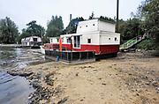 Nederland, De Steeg, 29-9-2018 Het lage water in de Rijn, Waal en IJssel heeft vele woonbootbewoners in de problemen gebracht.Foto: Flip Franssen/Hollandse Hoogte