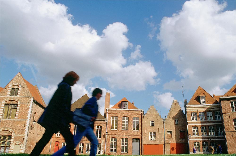 """Piétons dans le Vieux Lille, quartier de l'Ilot Comtesse, Lille, région Nord-Pas-de-Calais, France.<br /> Pedestrians walking in the """"Vieux Lille"""",Ilot Comtesse area, old town of Lille, Nord-Pas-de-Calais region."""
