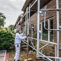 Nederland, Amsterdam, 30 september 2016.<br /> Schilderwerkzaamheden, houtrotbehandelingen en steiger werkzaamheden aan oudbouw in de Vegastraat van de wijk Tuindorp Oostzaan in Amsterdam Noord.<br /> <br /> Netherlands, Amsterdam, September 30, 2016.<br /> Repainting, wood rot treatments and scaffolding work on old buildings in the Vega Street Tuindorp Oostzaan neighborhood in Amsterdam North.<br /> <br /> Foto: Jean-Pierre Jans