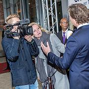 NLD/Amsterdam/20171105 - première Fiddler on the Roof, WNL interiewt mensen