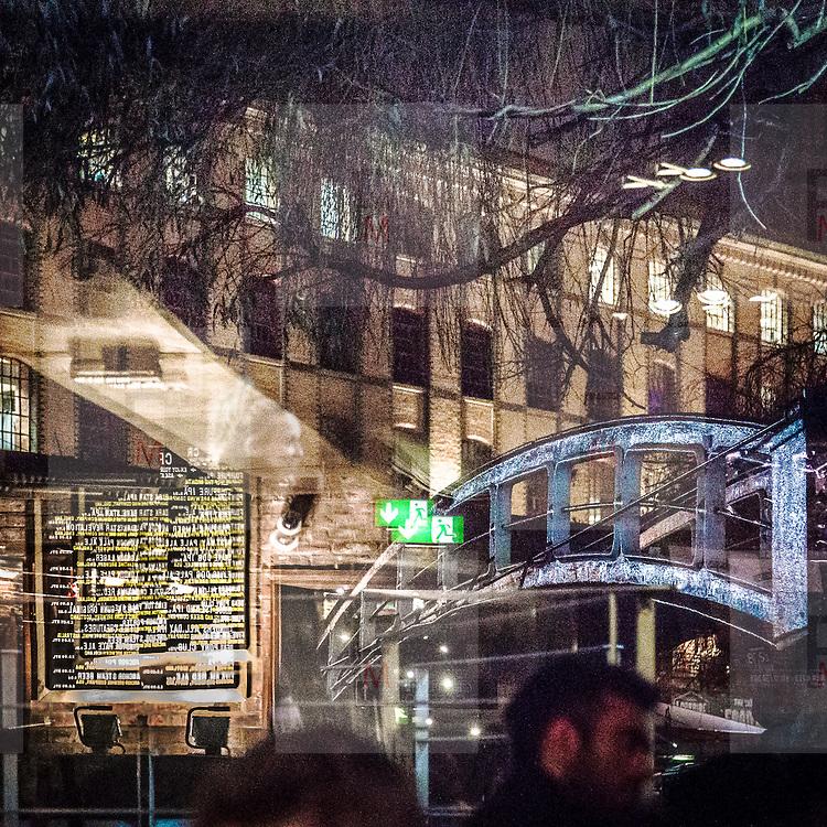 Il Candem Lock visto dalla vetrina di un pub di Candem<br /> <br /> The view of Camden Lock from a pub's window display.