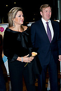 Koning Willem-Alexander en koningin Maxima wonen in de Dr. Anton Philipszaal het jubileumconcert bij van het Residentie Orkest dat dit jaar haar 110-jarig bestaan viert. <br /> <br /> King Willem-Alexander and Maxima queen living in the Dr. Anton Philips Hall jubilee concert at the Hague Philharmonic celebrating its 110th anniversary this year.<br /> <br /> Op de foto / On the photo:  Aankomst Koning Willem Alexander en Koningin Maxima / Arrival King Willem Alexander and  Queen Maxima