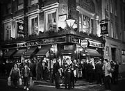 """Londyn, 2009-10-23. Londyn nocą - pub """"The Crown"""" na Brewer Street"""