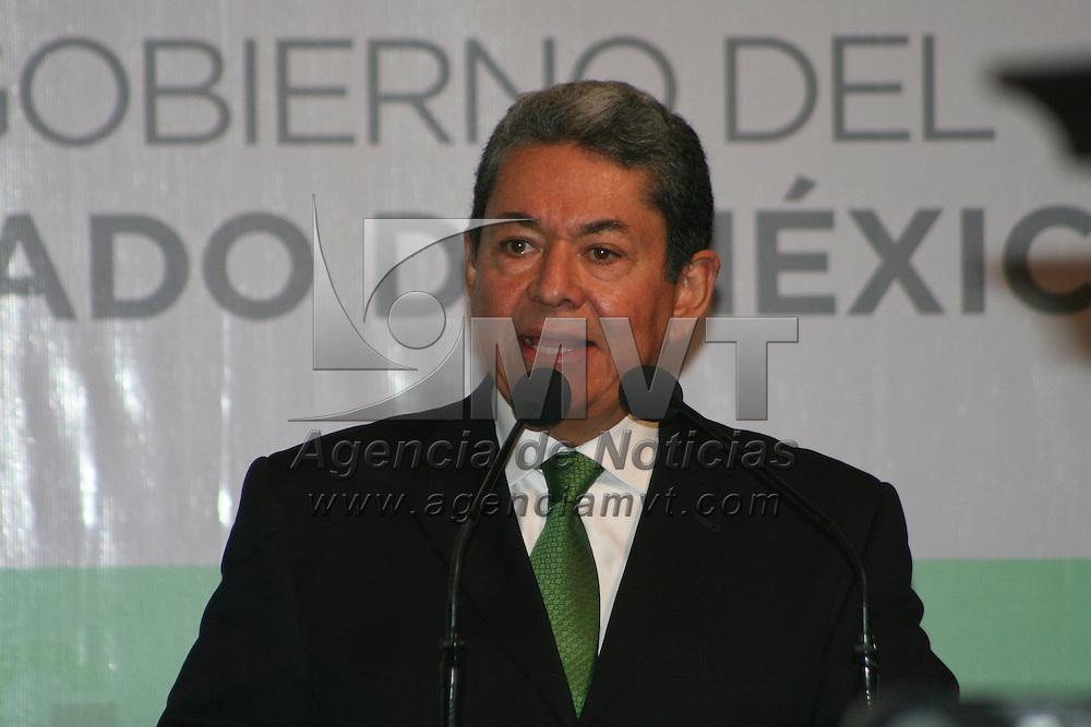 Toluca, México.- Alberto García Cuevas, Secretario de Desarrollo Metropolitano, durante la firma de Convenio de Colaboración en Materia de Políticas Públicas entre el GEM y la Organización de las Naciones Unidas, ONU-HABITAT. Agencia MVT / José Hernández