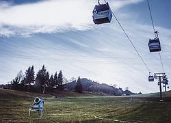 THEMENBILD - eine Schneekanone auf einer Skipiste und Gondeln, aufgenommen am 15. November 2018 in Kaprun, Österreich // a snow cannon on a ski slope, Kaprun, Austria on 2018/11/15. EXPA Pictures © 2018, PhotoCredit: EXPA/ Stefanie Oberhauser