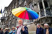Gids voor touristische rondleiding aan het stadhuis