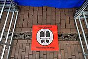 Nederland, Nijmegen, 30-4-2020 Bij een kraam op de markt, zijn matjes op de grond gelegd om de bezoekers te dwingen afstand van 1,5 ,anderhalve, meter te houden . Symbool,pictogram, associatie . Foto: Flip Franssen