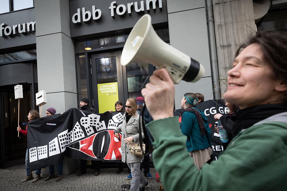 Mieterproteste vor dem Berliner Immobilien Kongress: Mehr als 60 Aktivisten von etwa einem Dutzend Mieterinitiativen protestieren vor Beginn des zweiten Berliner Immobilienkongress in der Friedrichstrasse in Berlin gegen steigende Mieten, Verdrängung von alteingesessenen Mietern, Umwandlung von Miet- in Eigentumswohnungen und Mieterhöhungen mit Hilfe energetischer Sanierungen. Demonstranten mit Banner: Zorn.   <br /> <br /> [© Christian Mang - Veroeffentlichung nur gg. Honorar (zzgl. MwSt.), Urhebervermerk und Beleg. Nur für redaktionelle Nutzung - Publication only with licence fee payment, copyright notice and voucher copy. For editorial use only - No model release. No property release. Kontakt: mail@christianmang.com.]