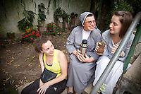 MOMENTO DE DESCANSO TOMANDO MATE EN UN JARDIN DE LAS MAESTRAS DE APOYO ESCOLAR Pauline Jolly y Audrey Mandin Y UNA HERMANA, DIQUE LUJAN, PROVINCIA DE BUENOS AIRES, ARGENTINA (PHOTO © MARCO GUOLI - ALL RIGHTS RESERVED)