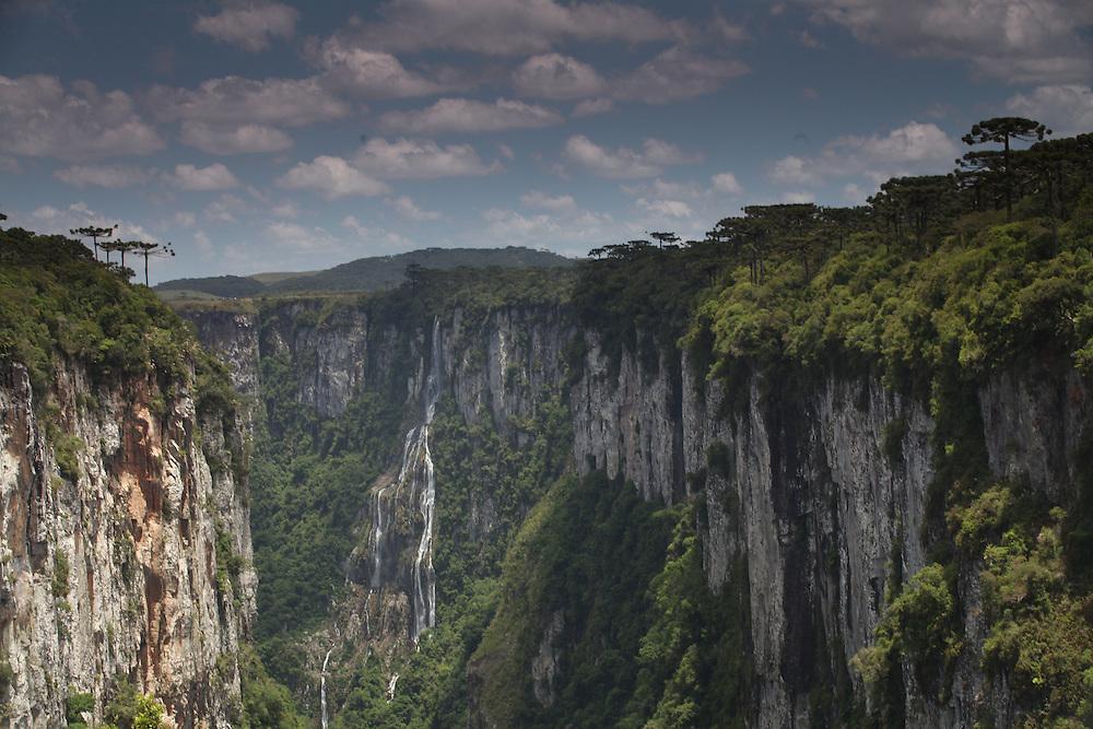 Cambara do Sul_RS, Brasil.<br /> <br /> Imagens do Canion Itaimbezinho no Parque Nacional dos Aparados da Serra, Cambara do Sul, Rio Grande do Sul.<br /> <br /> Itaimbezinho canion in Aparados da Serra National Park, Cambara do Sul, Rio Grande do Sul.<br /> <br /> Foto: JOAO MARCOS ROSA / NITRO