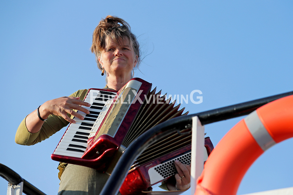 Fotoshooting des Wendland Hippie Ohrkestra auf der Fähre TANJA in Neu Darchau. Im Bild: Doro Kuhl<br /> <br /> Ort: Neu Darchau<br /> Copyright: Andreas Conradt<br /> Quelle: PubliXviewinG
