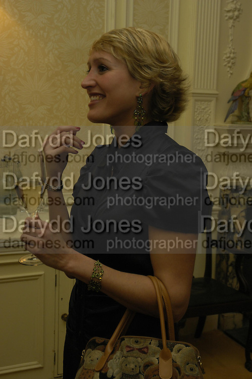 Isabella Sherlock. Art Review Dom Perignon Christmas dinner. Grosvenor Place. 14 December 2004. ONE TIME USE ONLY - DO NOT ARCHIVE  © Copyright Photograph by Dafydd Jones 66 Stockwell Park Rd. London SW9 0DA Tel 020 7733 0108 www.dafjones.com