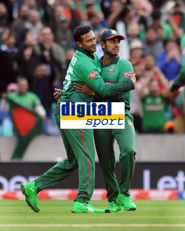 Cricket - 2019 ICC Cricket World Cup - Group Stage: Bangladesh vs. New Zealand<br /> <br /> Mehidy of Bangladesh celebrates his catch of Colin Munro of NZ with Mushfiqur Rahim at Kia Oval.<br /> <br /> COLORSPORT/ANDREW COWIE
