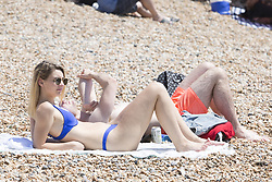 June 17, 2017 - Brighton, East Sussex, United Kingdom - Brighton, UK. Thousands of people enjoy the hot and sunny weather as they take to the beach in Brighton and Hove on one of the hottest days of the year so far. (Credit Image: © Hugo Michiels/London News Pictures via ZUMA Wire)
