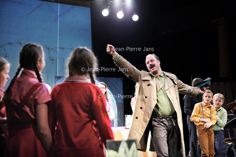 Nederland, Amsterdam , 4 mei 2014.<br /> kinderopera Theresienstadt| in het Compagnietheater aan de Kloveniersburgwal.<br /> De kinderopera Brundibár ging in 1943 in première in Theresienstadt. Alle uitvoerende kinderen en musici, en ook de componist Hans Krása, waren gevangen in het concentratiekamp; zij brachten Brundibár in totaal 55 keer ten tonele. De opera werd door het nationaalsocialisme als propagandamiddel ingezet. Na de laatste voorstelling, waarbij de inspectie van Het Rode Kruis aanwezig was, werden de meeste uitvoerenden naar Auschwitz gebracht.<br /> In deze nieuwe productie van Brundibár wordt de voorstelling in haar oorspronkelijke versie van 1943 uitgevoerd. Als inleiding op de relatief korte voorstelling zal een documentaire rondom de geschiedenis van Brundibár te beleven zijn.<br />  Eén van de weinige overlevenden uit de oorspronkelijke cast, Ela Weissberger, zal aanwezig zijn bij beide voorstellingen op 4 mei. <br />  <br /> Brundibár is a children's opera by Jewish Czech composer Hans Krása with a libretto by Adolf Hoffmeister, originally performed by the children of Theresienstadt concentration camp in occupied Czechoslovakia (wikipedia). After the last performance, most performers were taken to Auschwitz. <br /> One of the few survivors from the original cast, Ela Weissberger, was present at a new production of the opera.