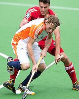 MELBOURNE -  Bob de Voogd in duel met de Belg Simon Cougnard tijdens de hockeywedstrijd tussen de mannen van Nederland en Belgie (5-4) bij de Champions Trophy hockey in Melbourne. ANP KOEN SUYK