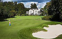 BEETSTERZWAAG -  green  Hole 9 , Golf & Country Club Lauswolt . Op de achtergrond Bilderberg hotel op het landgoed Lauswolt.  Copyright Koen Suyk