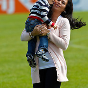 NLD/Katwijk/20100831 - Training Nederlands Elftal kwalificatie EK 2012, Gertrude Kuyt met zoontje
