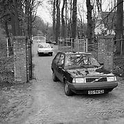 Politie verlaat terrein aan de Franse Kampweg na een inval iov justitie Zwitserland