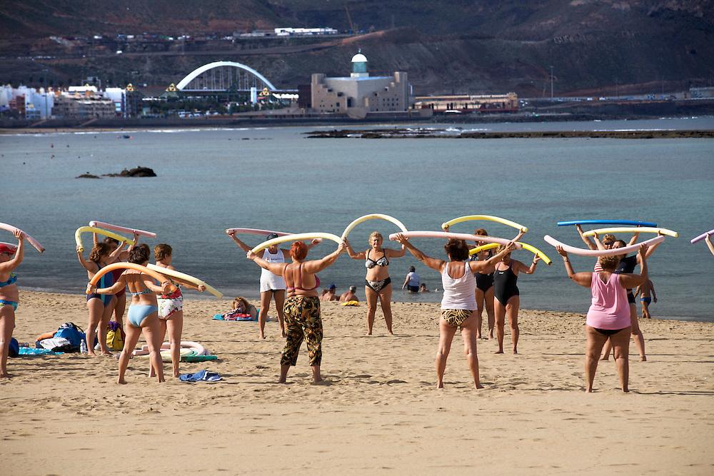 España. Islas Canarias. Gran Canaria. Las Palmas.Gente mayor haciendo ejercicio en la Playa de las Canteras..©JOAN COSTA....