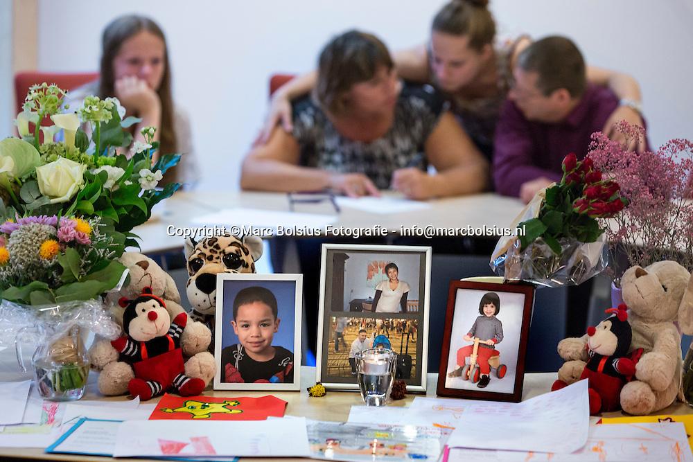 Nederland, Sint Michielsgestel,bijeenkomst op het gemeentehuis voor nabestaanden en belangstellenden om eer te bewijzen aan de vliegtuig slachtoffers waaronder het gezin Paulissen. condeleance ruimte voor het schrijven van een herinnering aan het gezin
