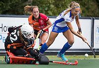UTRECHT - HOCKEY - Karlijn van der Linden (Kampong) stuit op keeper Larissa Meijer (Oranje-Rood) tijdens    de hoofdklasse hockeywedstrijd dames Kampong-Oranje-Rood (0-5) . midden Daphne van der Velden (Oranje-Rood) . COPYRIGHT KOEN SUYK