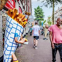 Nederland, Amsterdam, 23 juli 2016.<br />We volgen de Syrische jongen Ibrahim Najjar in de Spaarndammerbuurt in zijn zoektocht naar de ingredienten voor het Syrische kipgerecht Mskhan, een Syrisch ovengerecht met kip, citroen en ui.<br />Hij heeft zijn buren uitgenodigd bij hem te komen eten.<br />Op de foto: Sfeerbeeld vd Spaarndammerstraat.<br /><br />Foto: Jean-Pierre Jans