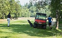 LOCHEM - greenkeeper met speler Lochemse Golf- & Countryclub 'De Graafschap. COPYRIGHT KOEN SUYK