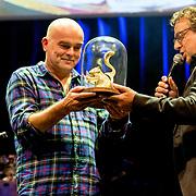 NLD/Amsterdam/20180917 - Uitreiking de Gouden Notenkraker 2018, Marco Borsato rijkt de prijs uit aan Michel van Schie