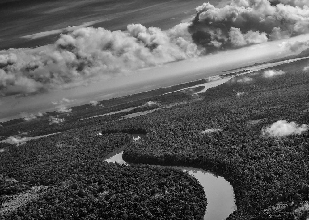 Maroni, Guyane, 2015.<br /> <br /> Politiquement, le Maroni, fleuve frontière, sépare la Guyane du Suriname. Cette discontinuité administrative met en évidence une zone aux limites des deux territoire : la société du fleuve. Fleuve refuge des populations Noir Marron Bushinengué, le Maroni est aussi une impasse dans laquelle la survie dépend de la capacité d'échange avec la rive opposée.