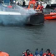 Huizer Havendag 1999, redding slachtoffer uit het water na een bootbrand