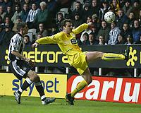 Fotball<br /> Premier League - Newcastle v Leeds<br /> 7. januar 2004<br /> St. James Park - Newcastle<br /> Foto: Digitalsport<br /> Norway Only<br /> Leeds` Mark Viduka i duell med Andy O`Brien fra Newcastle