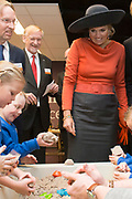 Streekbezoek van Koning Willem-Alexander en Koningin Máxima aan de Groningse en Drentse Veenkoloniën<br /> <br /> Visit of King Willem-Alexander and Queen Maxima at the Groningen and Drenthe peat.<br /> <br /> Op de foto / On the photo: Koning Willem-Alexander en koningin Maxima bezoeken de Stenden Hogeschool en krijgen een rondleiding in een lokaal waar Pabostudenten schoolkinderen begeleiden<br /> <br /> King Willem-Alexander and Queen Maxima visit the Stenden University and get a tour of a local where Pabo Students accompany schoolchildren