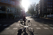 Een fietser rijdt door het centrum van Utrecht.<br />