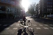 Een fietser rijdt door het centrum van Utrecht.<br /> <br /> A cyclist is riding at the center of Utrecht.