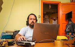 """PORTO ALEGRE, RS, BRASIL, 21-01-2017, 12h25'34"""":   Retrato do Artista 3D Joel Grigolo, 46, no espaço Matehackers Hackerspace, da Associação Cultural Vila Flores, no bairro Floresta da capital gaúcha. A  Consultora de Desenvolvimento de Software na empresa ThoughtWorks. Desiree dos Santa, 32, fala sobre as dificuldades enfrentadas por mulheres negras no mercado de trabalho.<br /> (Foto: Gustavo Roth / Agência Preview) © 21JAN17 Agência Preview - Banco de Imagens"""