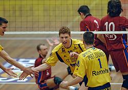 06-04-2005 VOLLEYBAL: PIET ZOOMERS D-OMNIWORLD: APELDOORN<br /> <br /> De finale van de strijd om de landstitel gaat tussen ORTEC.Nesselande en Piet Zoomers/D. De ploeg uit Apeldoorn won woensdagavond de vierde wedstrijd van de halve finale met 3-0 (25-21, 26-24, 26-24) en heeft deze best-of-five nu gewonnen - Bas van de Goor<br /> <br /> ©2005-WWW.FOTOHOOGENDOORN.NL bas van de goor
