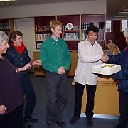 D'66 Valentijnstaart aan de vrijwilligers van bibliotheek Oude Gracht 67 Weesp