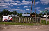 Wies Jalowka, 2 km od granicy z Bialorusia, woj. podlaskie, 26.06.2020. Plakaty wyborcze kandydatow w wyborach prezydenckich 2020 N/z plakat wyborczy Andrzeja Dudy na drewnianym plocie fot Michal Kosc / AGENCJA WSCHOD