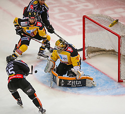 02.02.2016, Albert Schultz Eishalle, Wien, AUT, EBEL, UPC Vienna Capitals vs Dornbirner Eishockey Club, Platzierungsrunde, im Bild Christopher Dalvise (Dornbirner EC), Tyler Cuma (UPC Vienna Capitals), Kyle Greentree (Dornbirner EC) und David Kickers (UPC Vienna Capitals) // during the Erste Bank Icehockey League placement round match between UPC Vienna Capitals and Dornbirner Eishockey Club at the Albert Schultz Ice Arena, Vienna, Austria on 2016/02/02. EXPA Pictures © 2016, PhotoCredit: EXPA/ Thomas Haumer