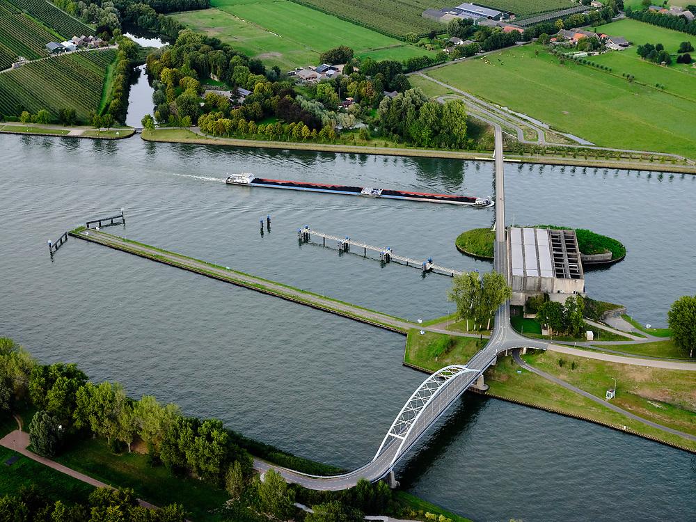 Nederland, Utrecht, Nieuwegein, 14-09-2019; Amsterdam-Rijnkanaal met plofsluis bij Jutphaas, onderdeel van de Nieuwe Hollandse Waterlinie. De voorziening diende om het kanaal af te kunnen dammen, een explosie met dynamiet zou de inhoud van de betonnen bak - zand en grind - in het kanaal doen belanden. Toenemende scheepvaart leidde er toe dat het kanaal om de sluis heen geleid werd. Lekkanaal onder in beeld.<br />  'Plof' sluice, explosion sluice, Dutch defense line; the installation was build to obstruct the canal: explosives would cause the sand and gravel from the concrete reservoirs to fall in the canal.<br /> <br /> luchtfoto (toeslag op standard tarieven);<br /> aerial photo (additional fee required);<br /> copyright foto/photo Siebe Swart