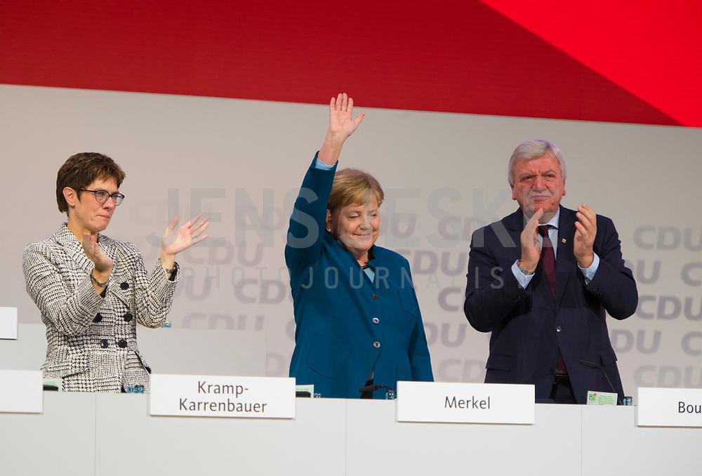 DEU, Deutschland, Germany, Hamburg, 07.12.2018: Annegret Kramp-Karrenbauer (CDU) und Volker Bouffier (CDU) applaudieren Bundeskanzlerin Dr. Angela Merkel (CDU) nach ihrer letzten Rede als CDU-Vorsitzende beim Bundesparteitag der CDU in der Messe Hamburg.