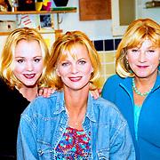 NLD/Hilversum/1989 - Cast serie Verkeerd Verbonden, Eva Poppink, Marylou Stheins en Elsje de Wijn