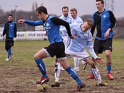 FODBOLD: Rytis Leliuga (HB Køge) passerer Jonas Kallehauge (Helsingør) under kampen i Danmarksserien, pulje 1, mellem HB Køge og Elite 3000 Helsingør den 1. april 2010 på Køge Stadion. Foto: Claus Birch